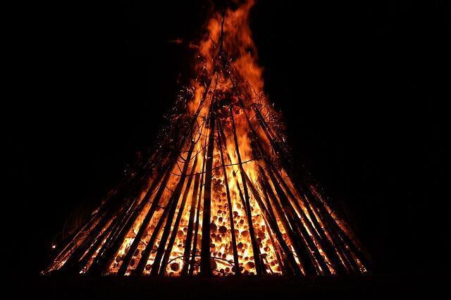 Nos ritos ancestrais se queima simbolicamente nas fogueiras, todas as suas frustrações e as ansiedades passadas. A natureza encontra-se plena de luz e magia.