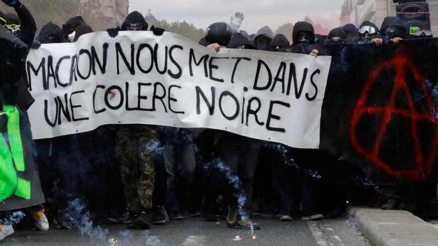 1200 indivíduos encapuzados perturbaram o cortejo do 1° de Maio em Paris.