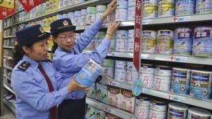 Kiểm tra chất lượng thực phẩm tại một siêu thị Trung Quốc. Ảnh chụp tháng 6/2013.