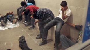 Người nhập cư trái phép vào Mỹ bị tạm giam tại đồn tuần tra biên phòng McAllen, Texas.