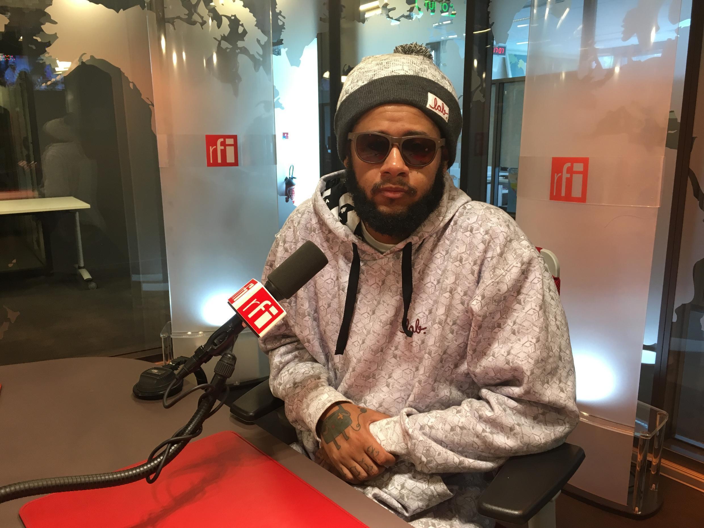 Emicida nos estúdios da RFI Brasil em Paris.