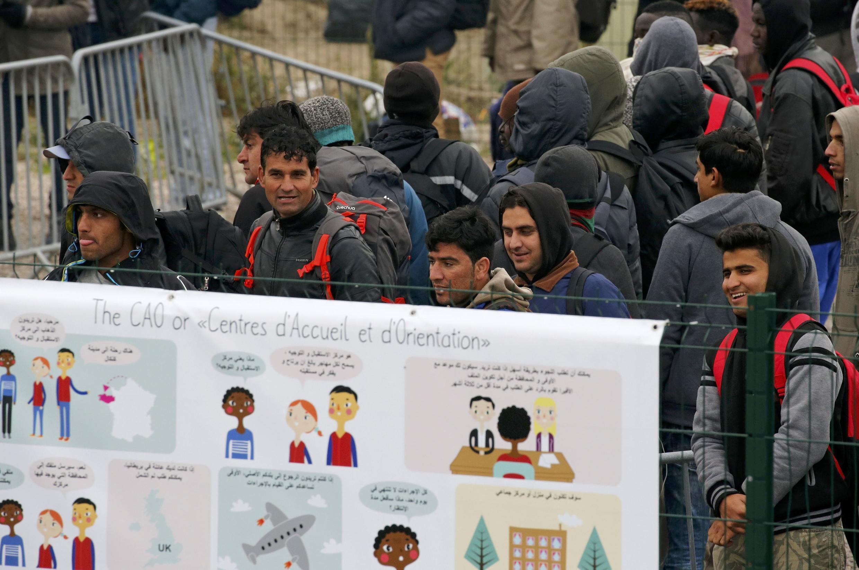 Информационные плакаты о предстоящей эвакуации лагеря беженцев в Кале