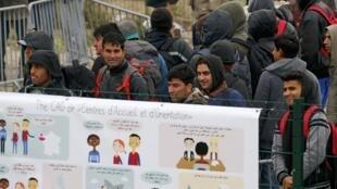 """A França começou a desmantelar na manhã desta segunda-feira (24) a chamada """"Selva"""" de Calais, imenso acampamento onde se concentram milhares de migrantes, com o que espera virar a página deste símbolo da crise migratória que afeta a Europa."""