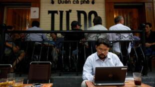 Cư dân mạng Anh Chí truy cập Internet tại quán cà phê Tự Do, Hà Nội, ngày 25/08/2017