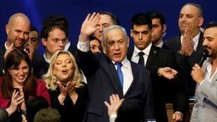 بنیامین نتانیاهو، رئیس جمهوری اسرائیل در کنار همسرش سارا در دفتر حزب لیکود در تل آویو ، پس از اعلام نتایج مقدماتی انتخابات پارلمانی اسرائیل. سهشنبه ١٣ اسفند/ ٣ مارس ٢٠٢٠