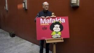 O cartunista argentino Joaquín Salvador Lavado, mais conhecido como Quino, criador da famosa história em quadrinhos Mafalda, posa após uma entrevista coletiva na Cidade do México em 26 de novembro de 2008.