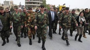 Les militaires fidèles au régime défilent triomphants dans les rues de Yabroud, ce lundi 17 mars.