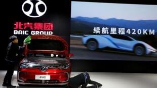 Le stand du constructeur chinois BAIC à l'exposition IEEV New Energy Vehicles à Pékin, le 18 octobre 2018.