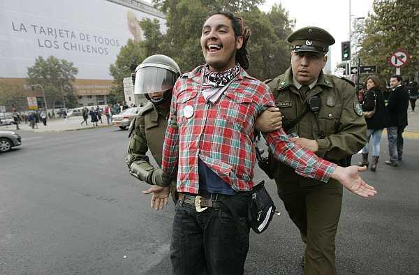 Un estudiante es detenido durante una manifestación en Santiago, el 28 de abril de 2011.