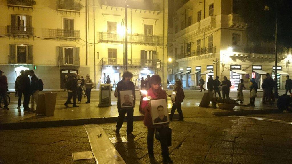 Autour du cou, les manifestants portent des photos des disparus.