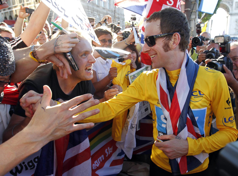 Bradley Wiggins salue ses compatriotes venus nombreux assister à son triomphe, le 22 juillet 2012.