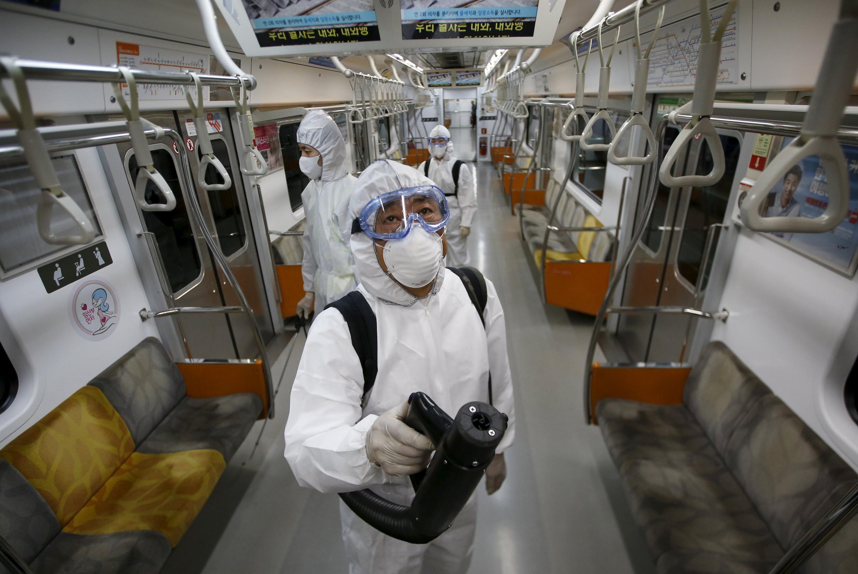 Agentes da saúde fazem inspeção no metrô de Seul para identificar presença ou não do coronavírus Mers.
