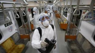 Inspeção no metrô de Seul para verificar a presença do coronavírus.