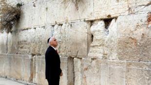 """مایک پنس معاون رئیس جمهوری آمریکا در آخرین روز سفر خود به خاورمیانه، در شهر بیتالمقدس به پای دیوار ندبه رفت و در دفتر یادبود نوشت: """"نیایش در این مکان افتخار بزرگی است. درود خداوند بر ملت یهود و دولت اسرائیل""""."""