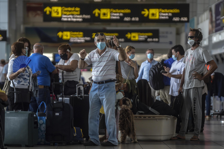 Des ressortissants européens attendent à l'aéroport de Panama City le vol affrété par la France pour rentrer, le 11 mai 2020.