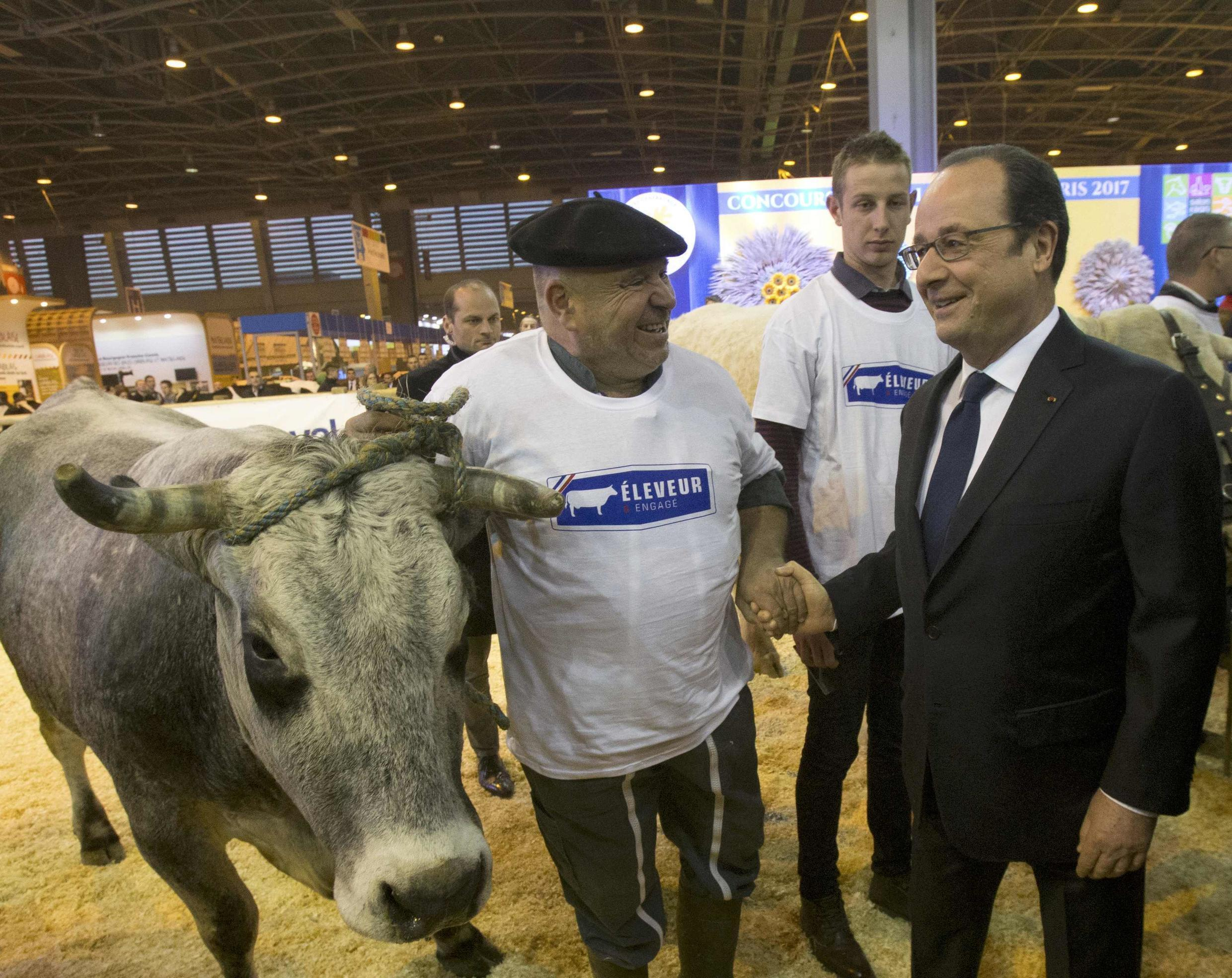 French President Francois Hollande (R) visits the International Agricultural Show in Paris, France, February 25, 2017. The Paris