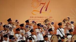 La République populaire de Chine célèbre sa création chaque 1er octobre, un jour férié qui donne lieu à des festivités officielles très encadrées à Hong Kong.
