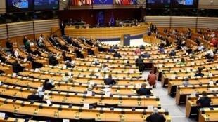 Orçamento plurianual da União Europeia está bloqueado por veto da Hungria e da Polônia.