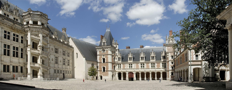 法国历史上的7位国王和10位王后在布卢瓦城堡居住过 今天布卢瓦城堡不仅以其独特4个风格不同侧翼建筑独具特色