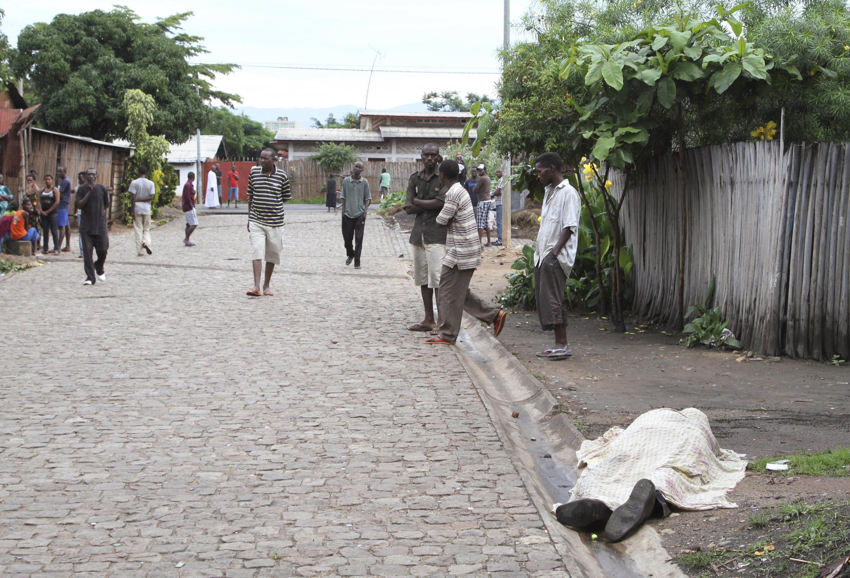 Un corps non identifié dans une rue d'un quartier de Bujumbura au Burundi, le 12 décembre 2015.