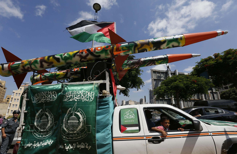 Wata matar Falesdinawa dauke da makaman roka a Gaza