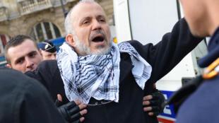 El activista islamista Abdelhakim Sefrioui detenido durante una manifestación no autorizada en 2012 en París