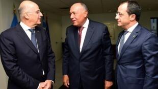 Ngoại trưởng Chypres Nikos Christodoulides (T), đồng nhiệm Hy Lạp Nikos Dendias (G) và Ai Cập Sameh Shoukri.