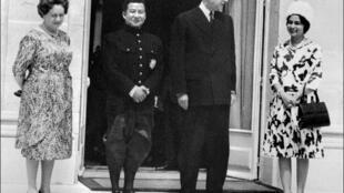 Norodom Sihanouk et sa femme Jacqueline reçus à l'Elysée par Charles et Yvonne De Gaulle le 24 juin 1964, lors d'une visite officielle.