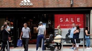 Unos clientes aguardan su turno para acceder a una tienda de la marca deportiva Adidas en Portsmouth, en el sur de Inglaterra, el 16 de junio de 2020