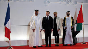 O príncipe de Abu Dhabi, heikh Mohammed bin Zayed al-Nahyan (esq.) recebe o casal presidencial francês (Emmanuel e Brigitte Macron) na inauguração do Louvre local, em 8 de novembro de 2017.