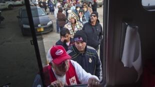 Una cola en Long Island para recibir comida donada por la Cruz Roja, el 2 de Noviembre de 2012.