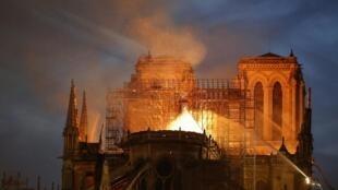 A luta contra o fogo na Catedral de Notre-Dame de Paris. 15 de Abril de 2019.
