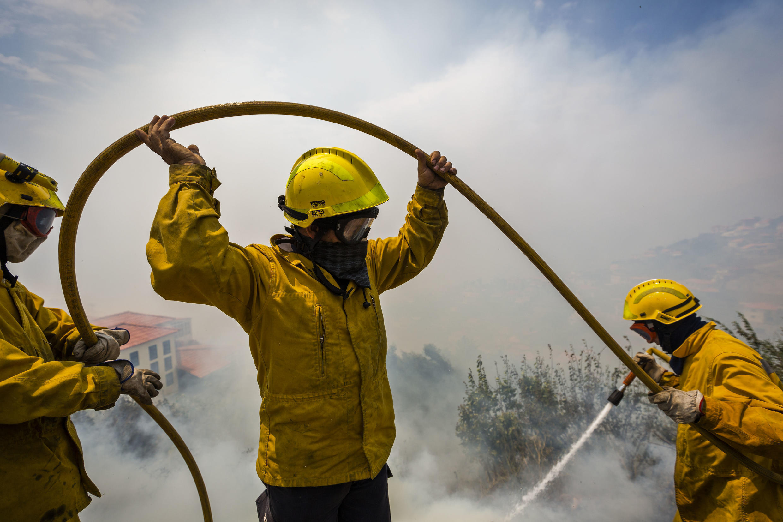 Bombeiros combatem chamas junto a residências no Monte, Funchal, Madeira a 9 de Agosto de 2016