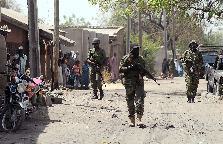 Des soldats nigérians dans les rues de Baga, dans l'Etat de Borno, en avril 2013.