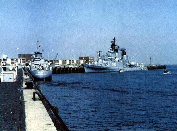 German_destroyer_Bayern_(D183)_in_1975