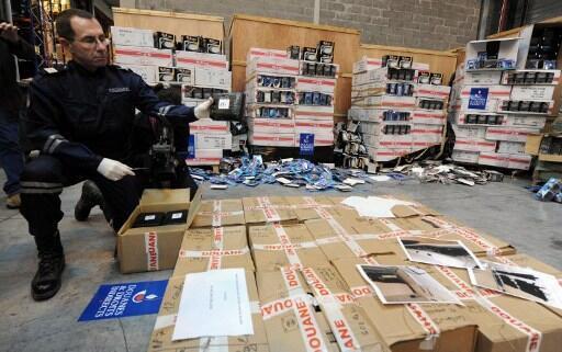 Un aduanero presenta cocaína decomisada en el norte de Francia.