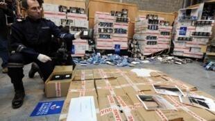 Un douanier présente une saisie de cocaïne à Epouville en Seine-Maritime, le 8 décembre 2011.