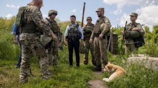Vladimir Zelensky lors d'une réunion avec les militaires dans la région de Louhansk dans le Donbass. le 27 mai 2019.