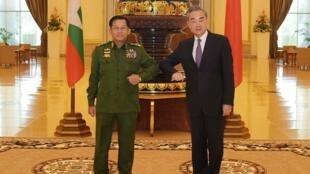 Le ministre chinois des Affaires étrangères Wang Yi, reçu le 12 janvier 2021 à Naypyidaw par le général Min Aung Hlaing, qui s'est emparé du pouvoir avec l'armée birmane le 1er février 2021.