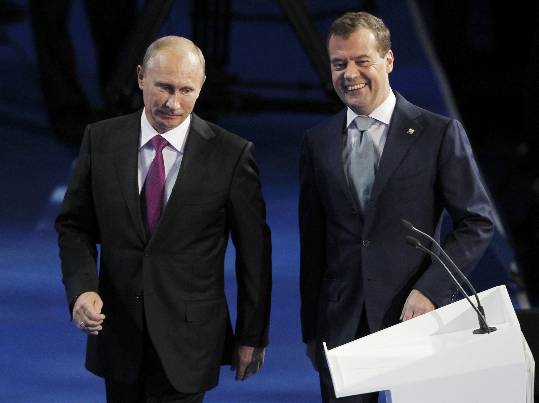 Le Premier ministre Vladimir Poutine (G) et le président Dmitri Medvedev à Moscou le 24 septembre 2011.