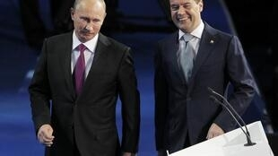 Thủ tướng Nga Vladimir Poutine (trái) và Tổng thống Dmitri Medvedev (phải) tại Matxcơva ngày 24/09/ 2011.