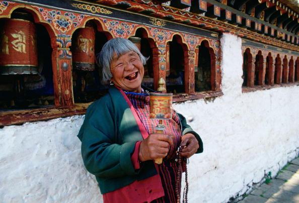 Une vieille dame bhoutanaise au temple bouddhiste Kyichu Lhakhang, à Paro.