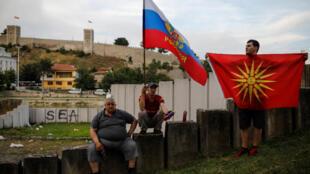Những người ủng hộ đảng đối lập VMRO-DPMNE vẫy cờ Nga và Macedonia ở Skopje, Macedonia ngày 02/06/2018.