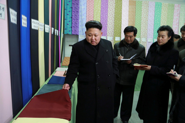 Lãnh đạo Bắc Triều Tiên Kim Jong Un (P) tại nhà máy dệt may Kim Jong Suk ở Bình Nhưỡng 20/12/2014.