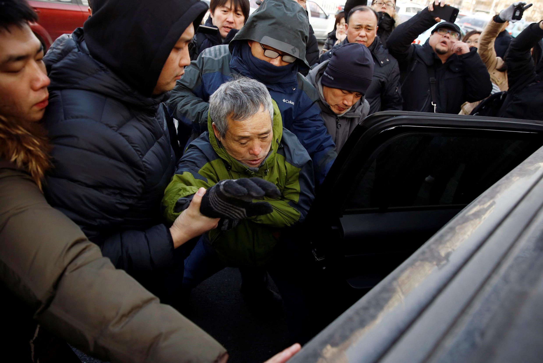 Một người ủng hộ luật sư Vương Toàn Chương bên ngoài Tòa án bị an ninh bắt giữ, Thiên Tân, 26/12/2018.
