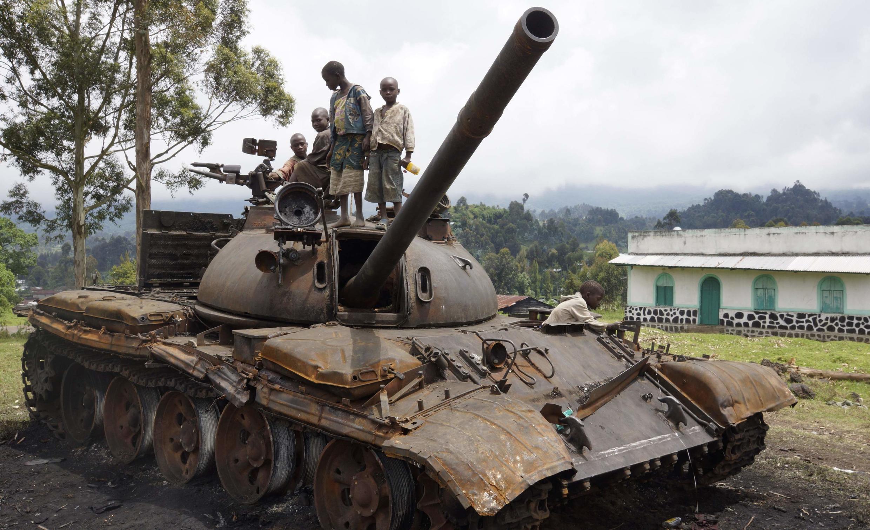 Des enfants jouent sur un tank abandonné par les rebelles du M23, à Kibumba, à l'est de Goma, le 6 novembre 2013.