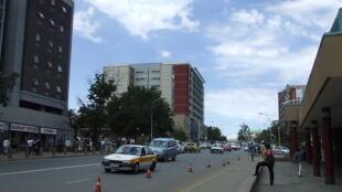 Moja ya mitaa mikuu ya mji mkuu wa Lesotho, Maseru.
