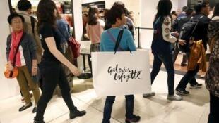 法国巴黎奥斯曼老佛爷百货公司内的中国游客资料图片