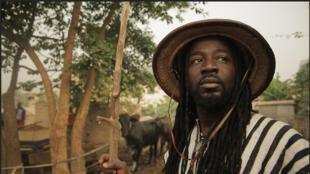 """El Zongo Abongo, de Ghana, en el videoclip """"Mama Africa""""."""