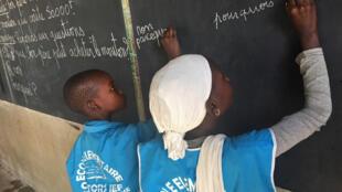 des élèves d'une classe bilingue wolof/français, à Rufisque, au Sénégal